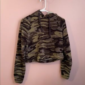 Tops - Cropped camo hoodie